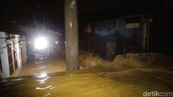 Banjir Kanal Meluap, Jalan dan Pemukiman di Semarang Kebanjiran