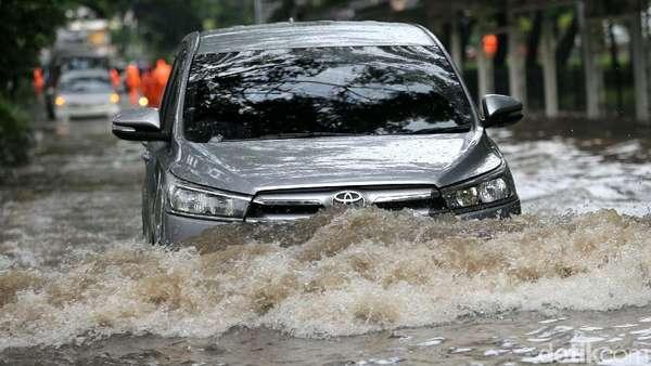 Cempaka Putih Banjir, Jalur Lambat Tak Dapat Dilintasi Kendaraan