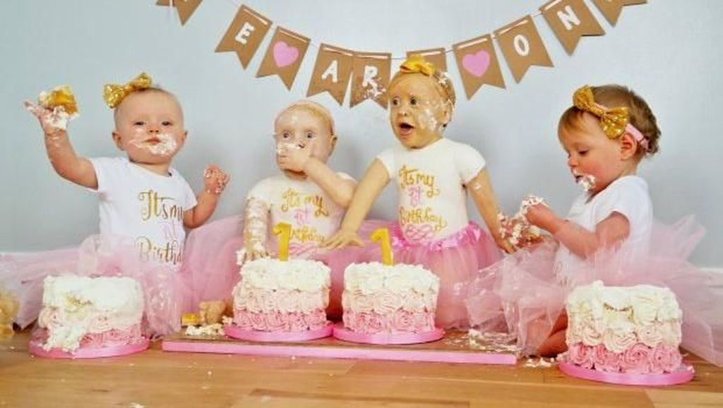 Rayakan Ulang Tahun, Ibu Anak Kembar Ini Bikin Cake Persis Dua Putrinya!