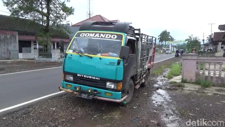 Truk Pengangkut Kelapa Senggol Biker Bawa Bayi di Tasikmalaya