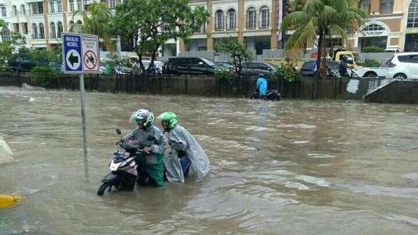 Banjir 50 Cm di Kelapa Gading, Banyak Motor Mogok
