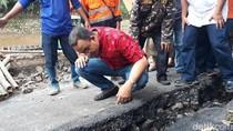 Anies Tinjau Retakan Jalan di Kampung Berlan