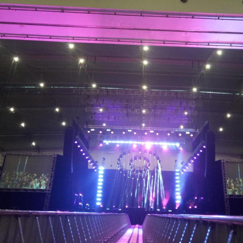 Panggung Megah, Saksi Bisu Batalnya Konser Paramore di Jakarta