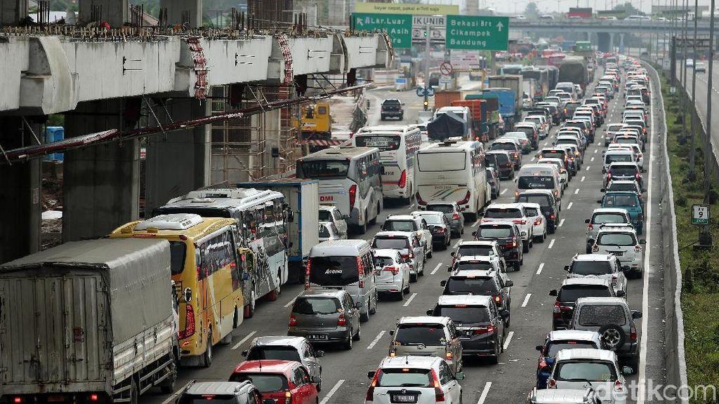 Jumlah Mobil Masuk Tol Cikampek Sudah Terlalu Banyak