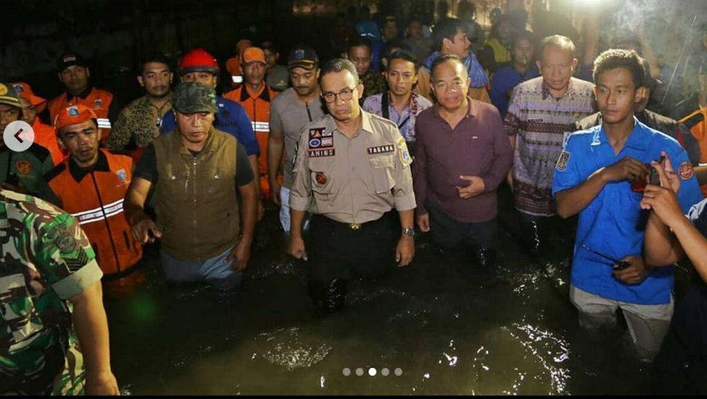 Aksi Anies Tinjau Lokasi Banjir di Cakung Jaktim