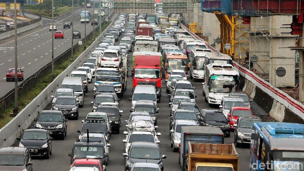 Dua Faktor Utama Macet di Tol Jakarta-Cikampek