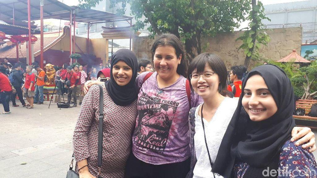 Turis Taiwan Kagum Tradisi Bagi Angpau Umat ke Kaum Papa