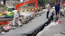 Foto: Jalan Retak yang Diminta Anies Diperbaiki Secara Natural