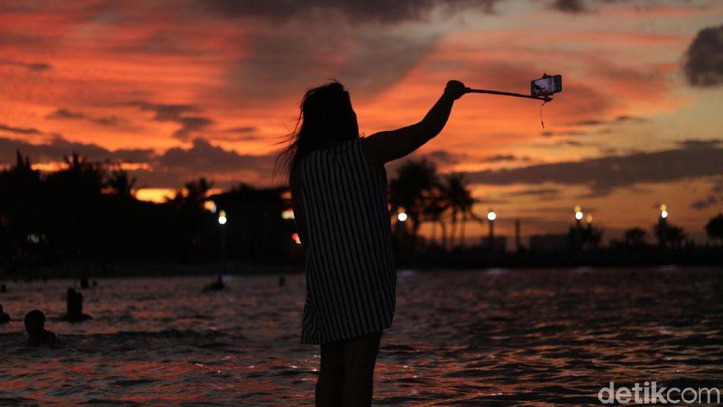 Menikmati Sunset di Pantai Ancol