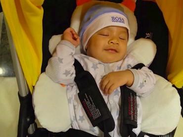 Lagi tidur aja Kai tetap senyum. Kalau kayak gini, Kai seperti udah gede banget ya, Bun? Sehat-sehat ya anak ganteng! (Foto: Instagram/ @kaiattarsugiono)