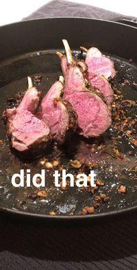 Ups! Chrissy Teigen Makan Lamb Chop yang Sudah Jatuh ke Lantai