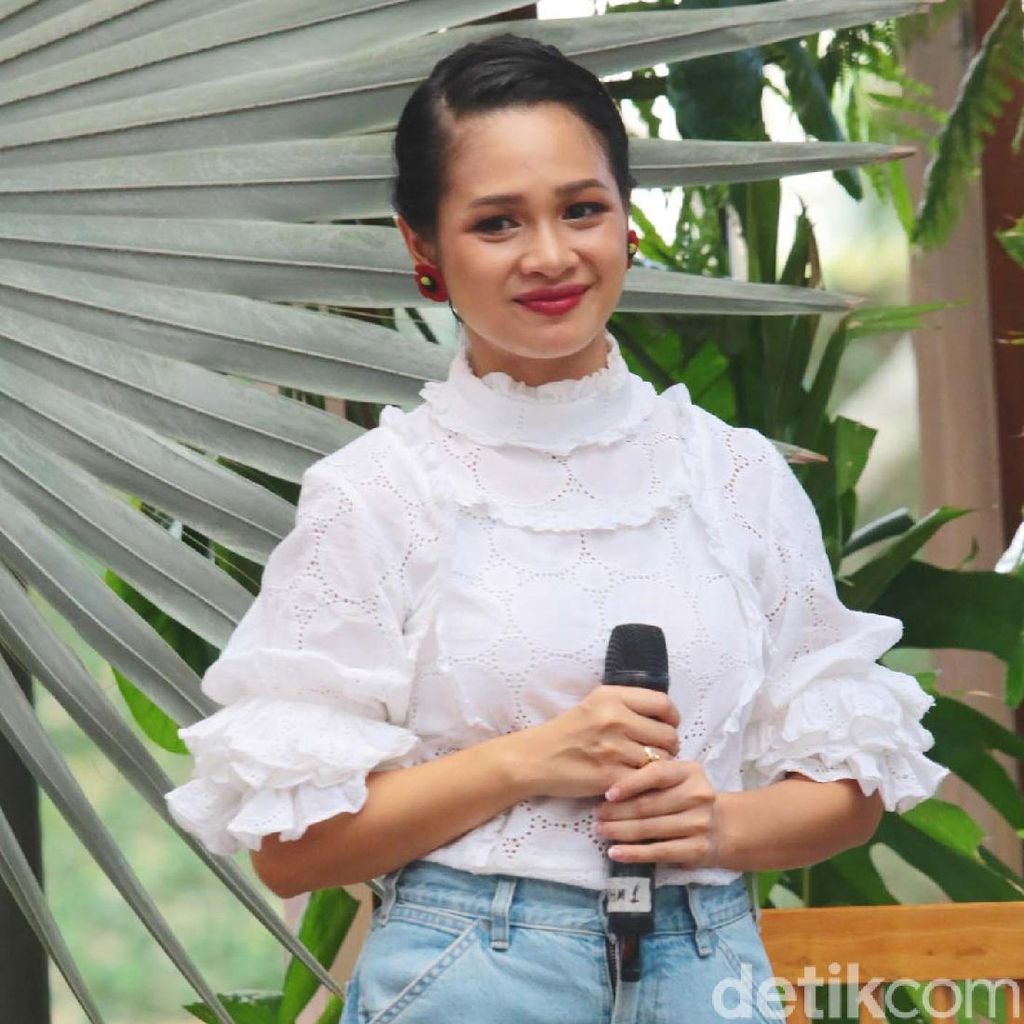 Andien, Pretty and Chic in White