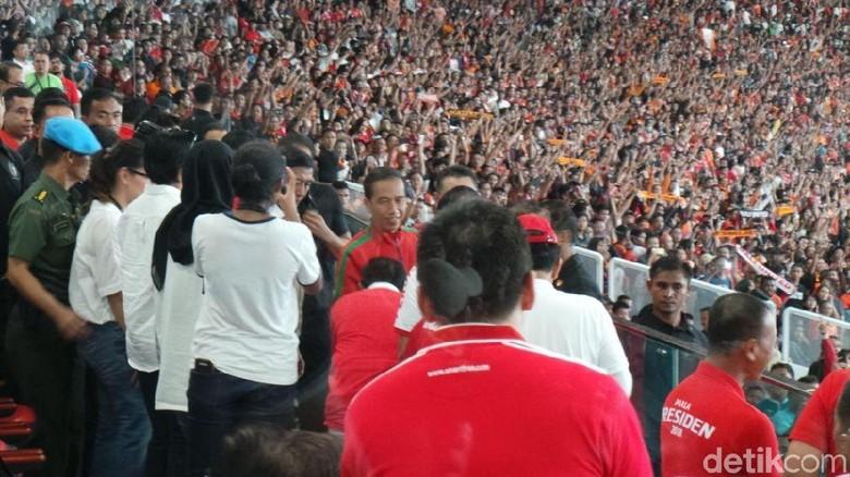 Foto: Pakai Kaos Timnas, Jokowi Tonton Final Piala Presiden 2018
