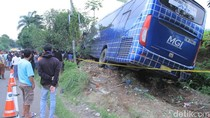 Cerita Detik-detik Bus Hantam Mobil dan Motor di Rajamandala