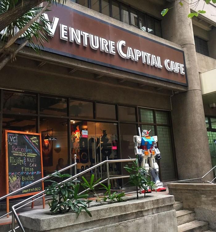 Dari luar, Venture Capital Cafe terlihat seperti kafe pada umumnya. Namun terdapat gundam raksasa yang menarik perhatian di depan kafe. (Foto: Instagram @gunpla_damus)