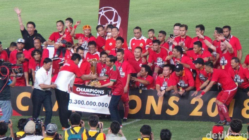 Jokowi Serahkan Piala Presiden 2018 ke Persija