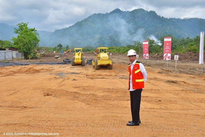 Presiden Jokowi di lokasi proyek tol Padang-Pekabaru. Tol ini dilengkapi terowongan sepanjang 8,95 kilometer (km). Foto: Agus Suparto/Setpres.