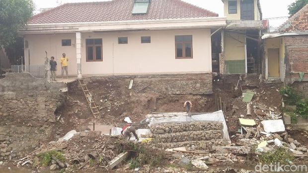 Bagian tembok belakang rumah yang ambrol ke sungai di Jl Kesatrian X, Matraman, Jaktim, Sabtu (17/2/2018)