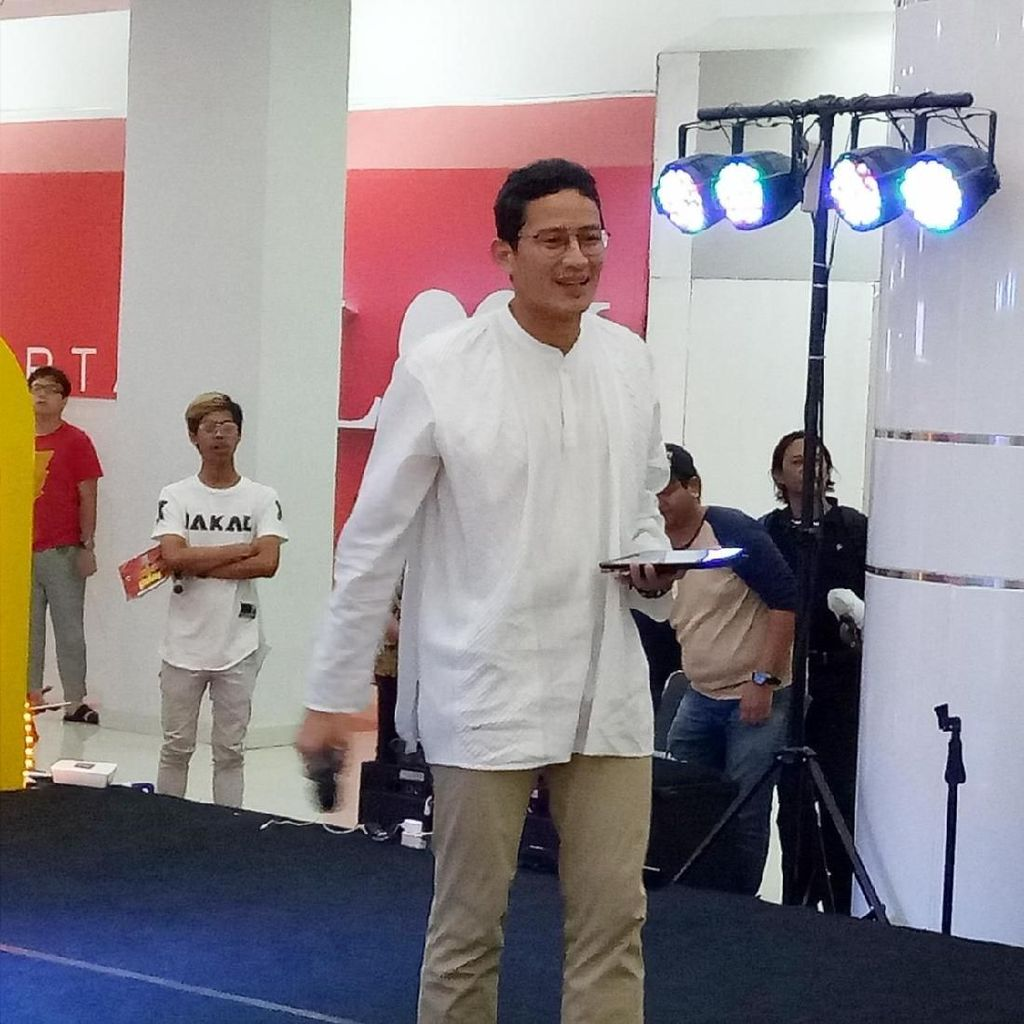 Video Aksi Sandiaga Menjajal Stand-up Comedy