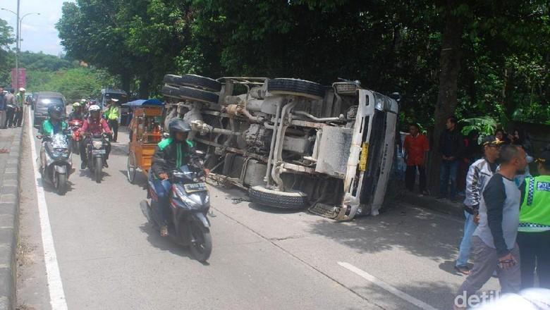 Truk Molen Tabrak Angkot di Bogor, 2 Orang Tewas