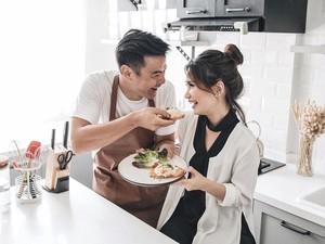 10 Pose Keren Dion Wiyoko dan Istri Saat Bersama Makanan
