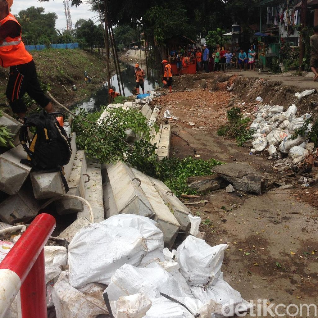 Jalanan Ambles di Pulogadung, Petugas Lakukan Perbaikan