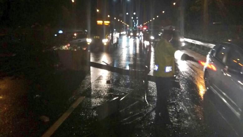 Taksi Tabrak Tiang Lampu di Tol Arah Bandara Soeta, Lalin Tersendat