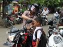 Tiap Siang, Kakek Jadi Ojek Cinta Buat Cucu Naik Motor Sport