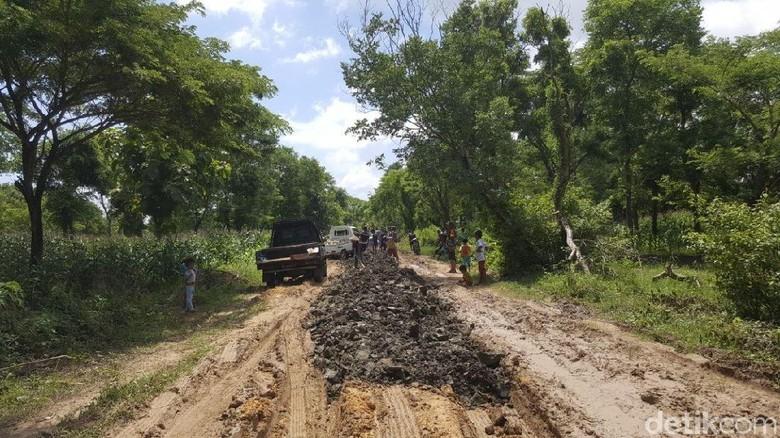 Foto: Jalan hancur ke Pantai Pink diurug seadanya (Fitraya/detikTravel)