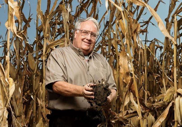 Howard Buffet petani ini aktif di berbagai bidang, mulai dari bisnis dan politik, hingga pertanian, konservasi dan fotografi. Dia adalah putra tengah miliarder Warren Buffet. Setelah putus sekolah dari 3 perguruan tinggi, Howard Buffet memutuskan untuk menjadi petani jagung dan kedelai. Dia mengawasi sebuah peternakan keluarga besar di Illinois Mississippi dan beberapa peternakan di Nebraska, bersama dengan anaknya. Dia juga mengawasi tiga peternakan penelitian di Arizona, Illinois dan Afrika Selatan. Howard Buffett bangga mempertahankan peternakannya tanpa bantuan kekayaan keluarga Buffet, nilai kekayaannya sendiri diperkirakan mencapai US$ 200 juta. Istimewa.