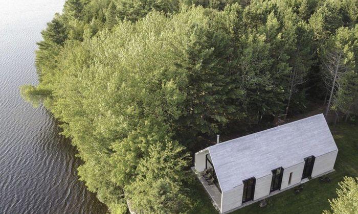 Pondok ini terletak hanya beberapa langkah dari tepi Danau Lac Plaisant di Mauricie di Quebec Kanada. Istimewa/Inhabitat.