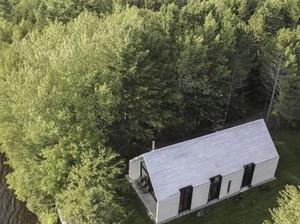 Cantiknya Rumah Putih di Pinggir Danau yang Muat 12 Orang