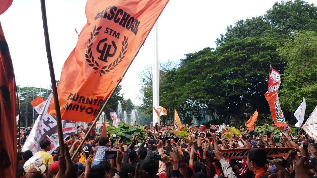 The Jakmania Menyelimuti Balaikota