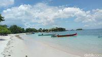 Pantai Pink yang sepi di libur panjang Imlek akibat jalan rusak (Fitraya/detikTravel)