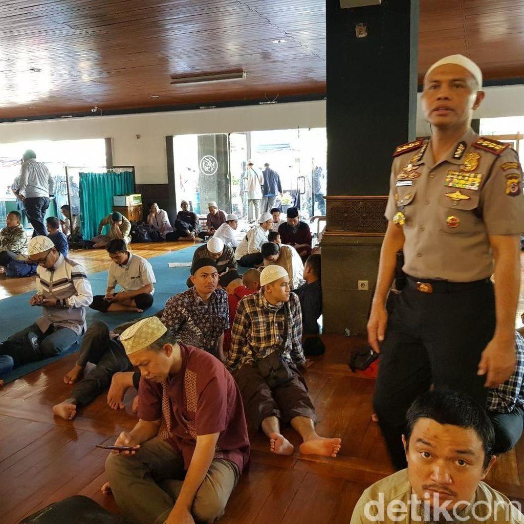 Cegah Penyerangan di Masjid, Polisi Bandung Ikut Salat Berjamaah