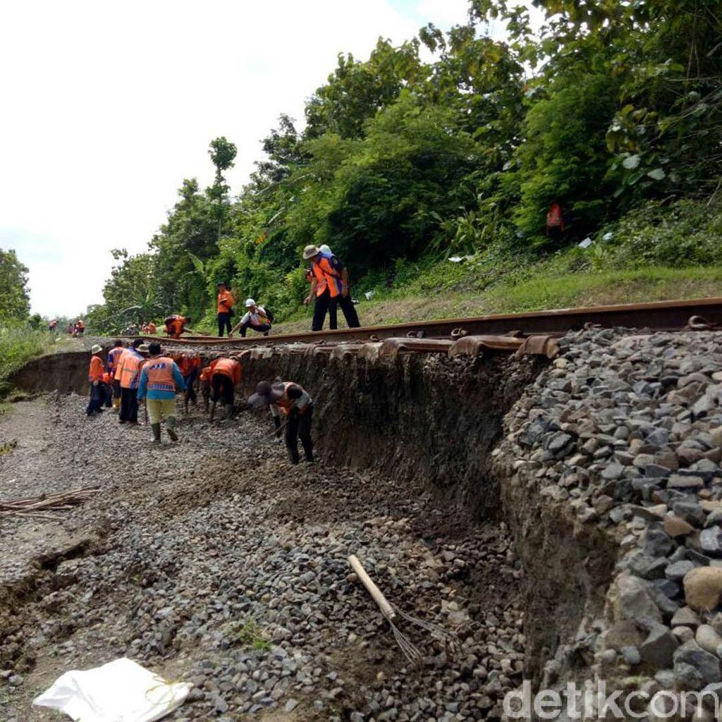 Jalur Rel KA yang Longsor di Grobogan Belum Bisa Dilalui