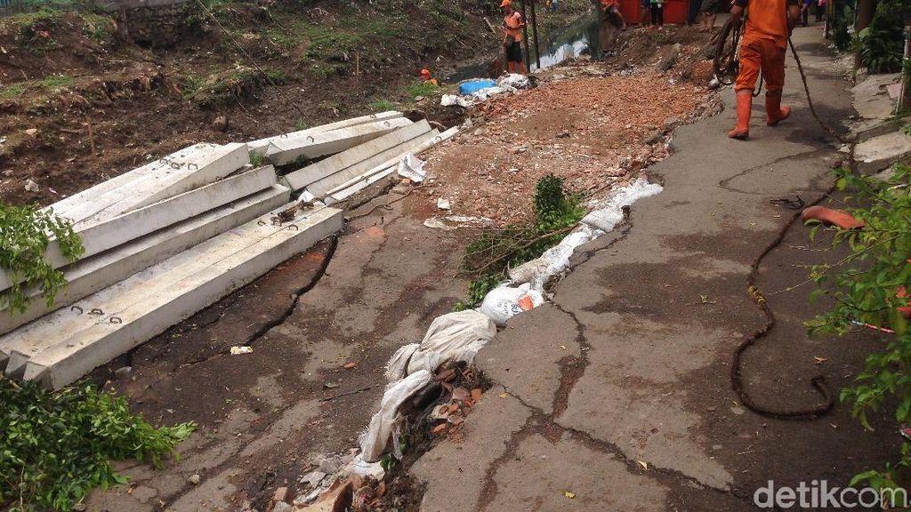 Jalan Ambles di Pulogadung, Warga: Truk Besar Kerap Melintas