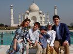 Saat PM Kanada Justin Trudeau Ajak Keluarga Pose di Taj Mahal