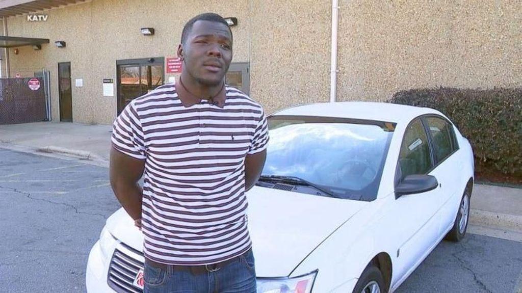 Ketahuan Jalan Kaki Tiap Hari, Pria Ini Dikasih Mobil oleh Rekan Kerjanya