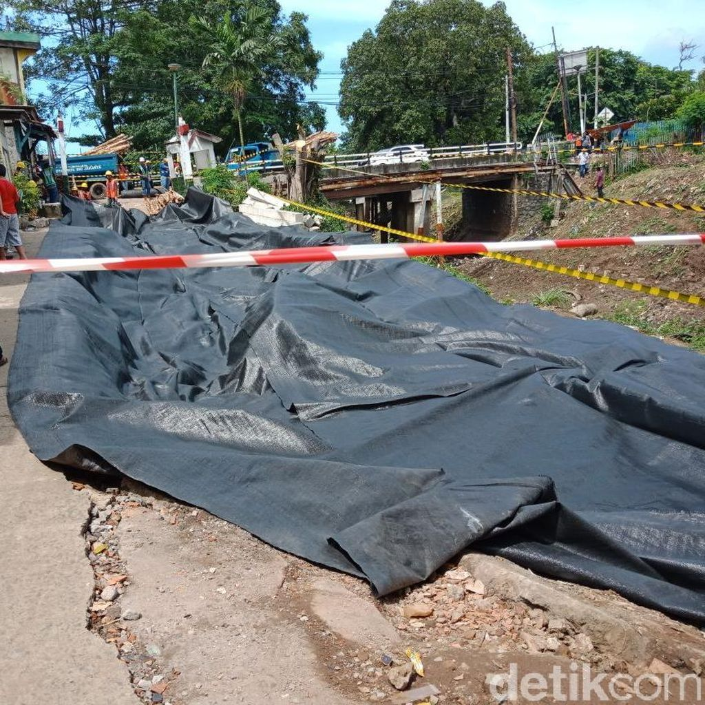 Jalan Ambles di Pulogadung Ditutup Terpal agar Tak Longsor Kena Hujan