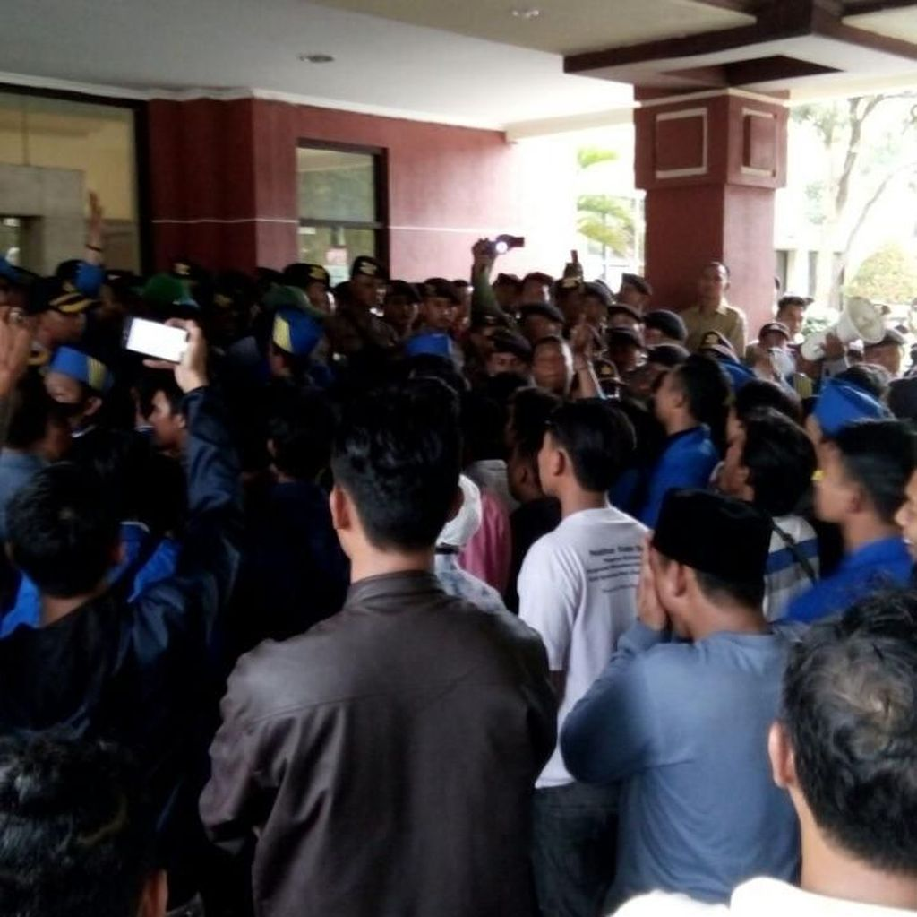Unjuk Rasa Penolakan UU MD3 di Surabaya Diwarnai Kericuhan