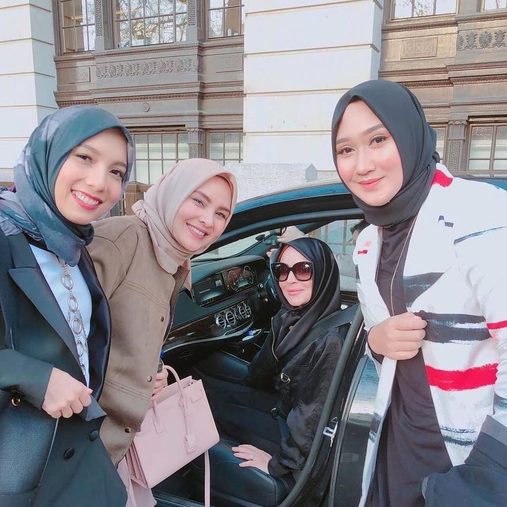Lindsay Lohan Tampil Berhijab ke Fashion Show di London