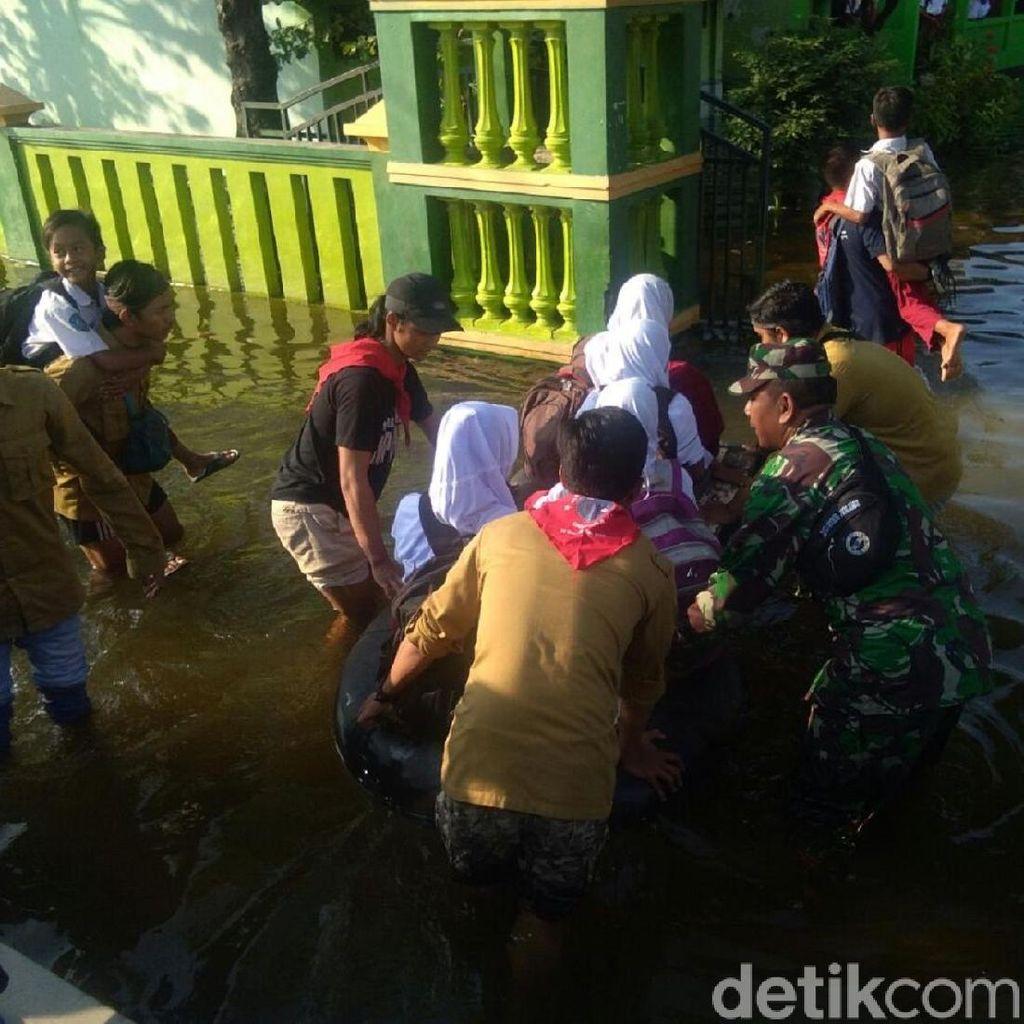 Meski Banjir, Siswa SD di Demak Tetap Sekolah