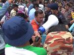 Kembali Geruduk KPUD Bone, Pendukung Umar-Madeng Ricuh dengan Polisi