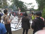 Petugas Evakuasi Reklame Roboh yang Sempat Tutup Jalan di Jatibening