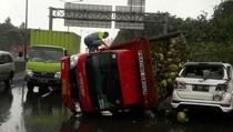 Truk Pengangkut Gas Melon Tabrak Mobil SUV di Tol Rawa Buaya