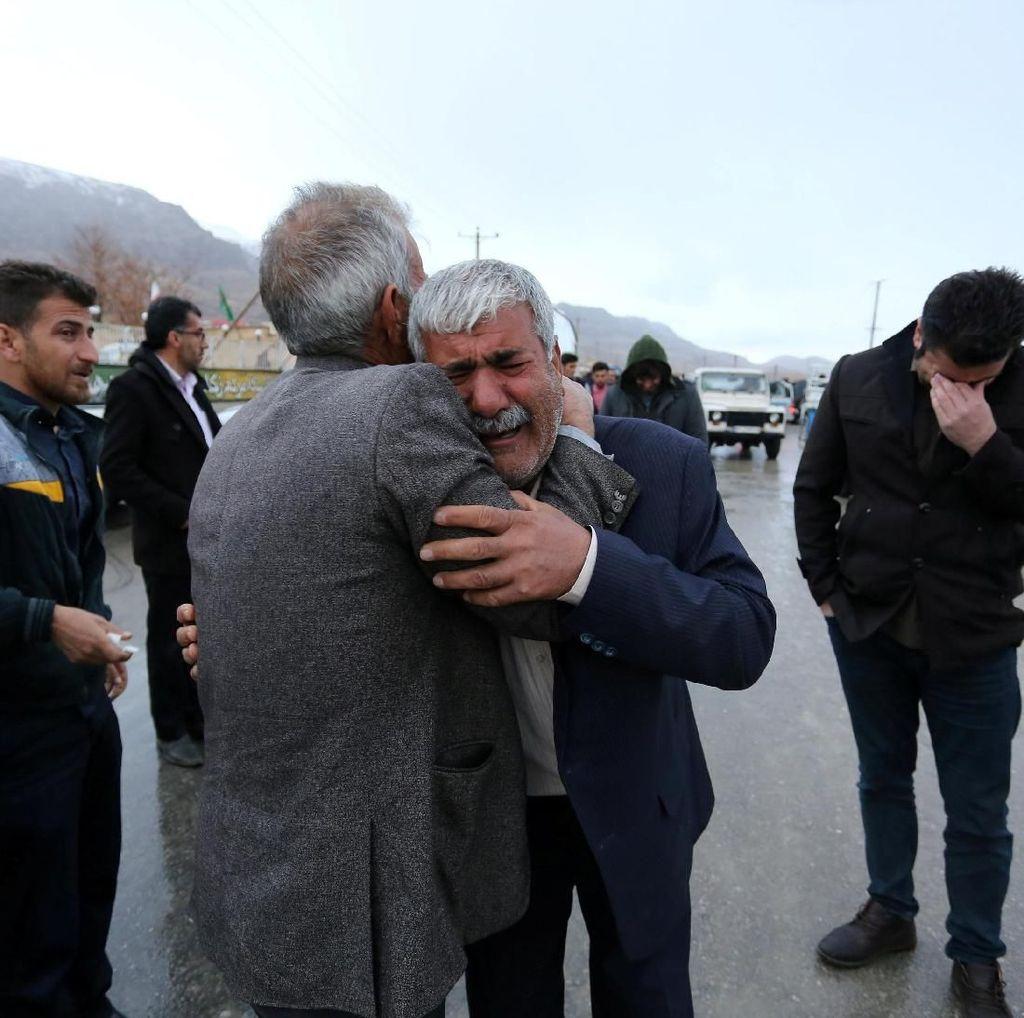 Foto: Isak Tangis Keluarga Korban Pesawat Sipil Iran yang Jatuh