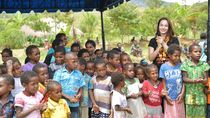 Foto: Chelsea Islan dan Senyum Anak-anak Papua