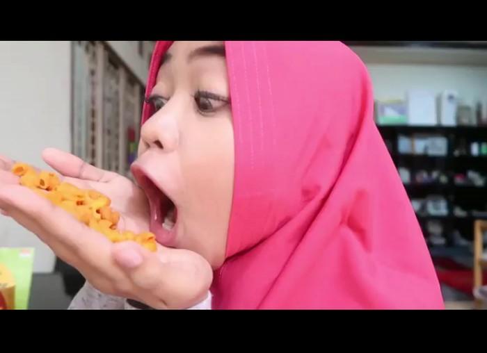 Sambil curhat soal berat badannya, Ria malah asyik makan makaroni goreng. Gimana enggak mau gemuk, camilannya enak begini, kata Ria di sela video singkatnya. Foto: instagram @riaricis1795
