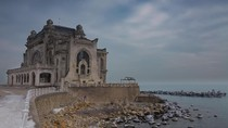 Kisah Sedih Kasino Tua yang Hampir Rubuh di Rumania